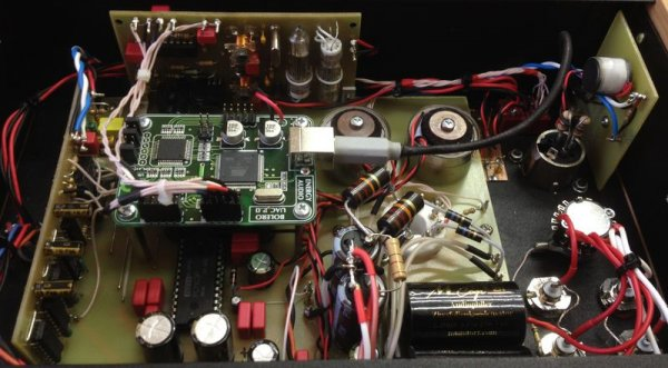 Вид изнутри: Arkhipov's Laboratory DAC 63 DUAL USB (модификация с USB Bolero и ламповым клоком, AES/EBU и 3 парами выходных разъемов)