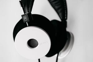 grado_whiteheadphones_1.jpg